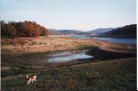 le lac de Pannecière vide